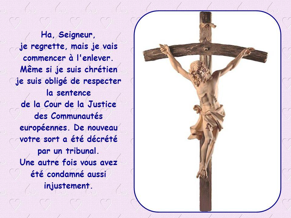 La Cour de Justice des Communautés européennes a condamné l Italie qui voulait montrer son symbole religieux dans les classes des écoles: La Cour a décrété une violation de l article 2 du Protocole 1 de l ensemble de l article 9 de la Convention .