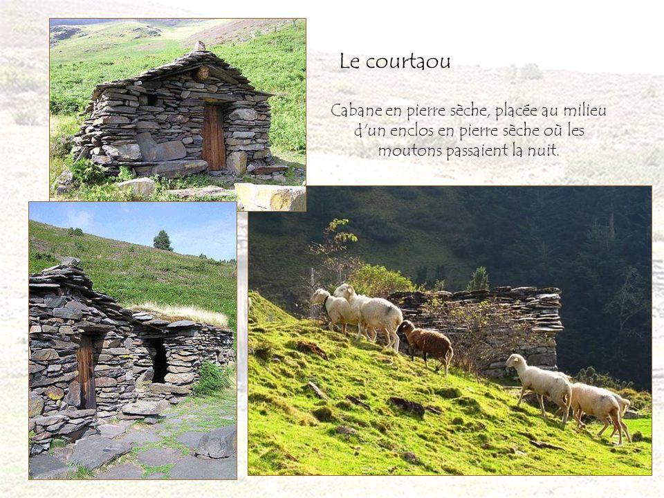 Cabane en pierre sèche, placée au milieu d un enclos en pierre sèche où les moutons passaient la nuit.