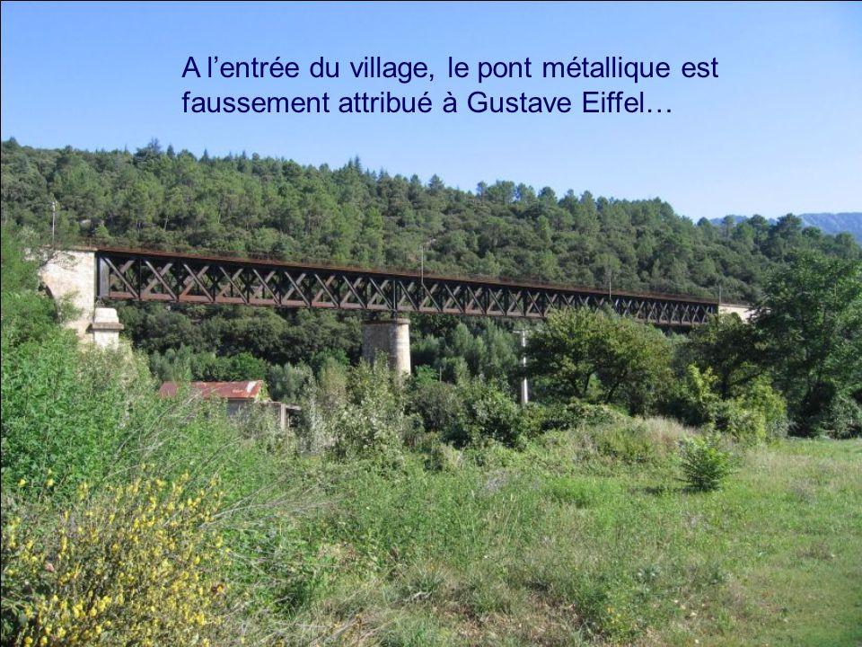 A lentrée du village, le pont métallique est faussement attribué à Gustave Eiffel…