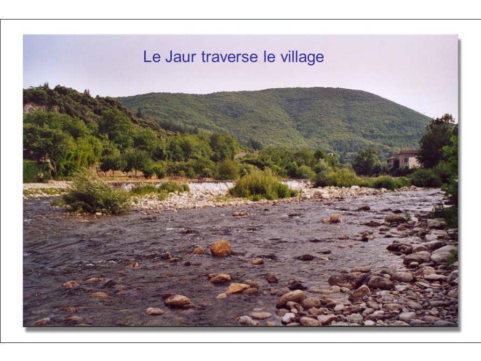 Le Jaur traverse le village