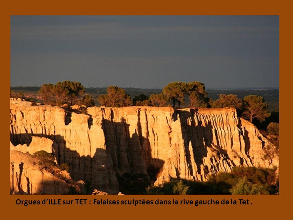 COLLIOURE : prés de la frontière Espagnole, le long de la cote Vermeille Ruelles colorées qui ont inspirées Derain.