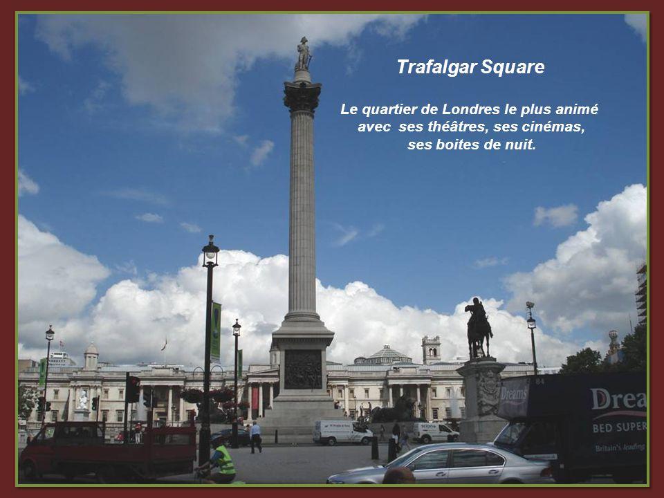 Depuis des années, les badauds se réunissent sous lEros de Piccadilly.