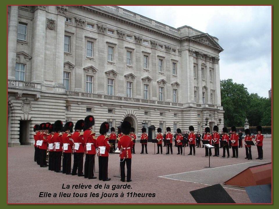 Palais de Buckingham Palais de Buckingham: agrémenté dun parc de 12 ha Résidence officielle des souverains britanniques depuis 1837.