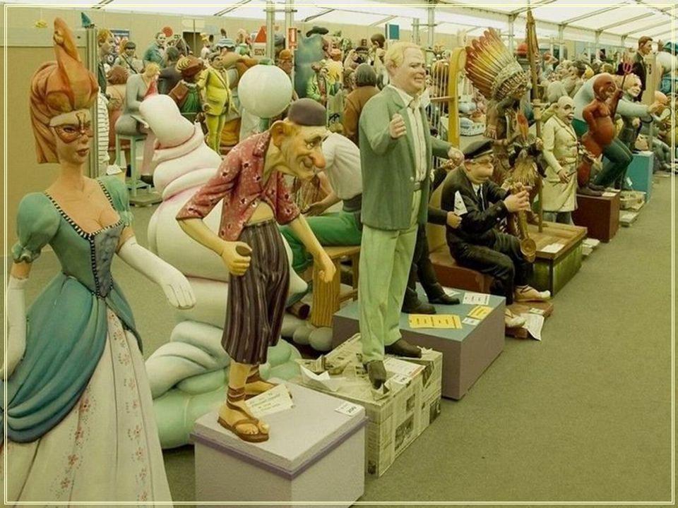 Les Fallas (du Catalan: Les Falles) en Espagne est un festival de renommée nationale, qui dure deux semaines.