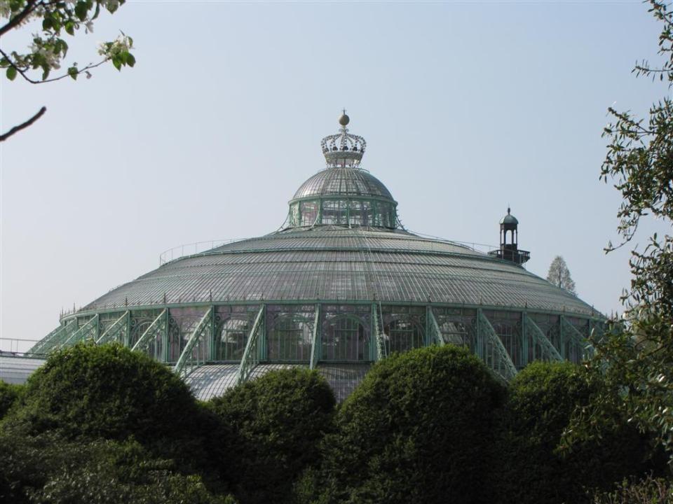 La plus grande serre, le Jardin dHiver rond en forme de coupole (1847) a un diamètre de 60 m et une hauteur de 30 m.