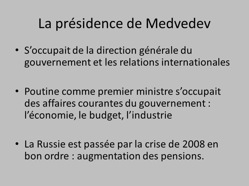 La présidence de Medvedev Soccupait de la direction générale du gouvernement et les relations internationales Poutine comme premier ministre soccupait des affaires courantes du gouvernement : léconomie, le budget, lindustrie La Russie est passée par la crise de 2008 en bon ordre : augmentation des pensions.