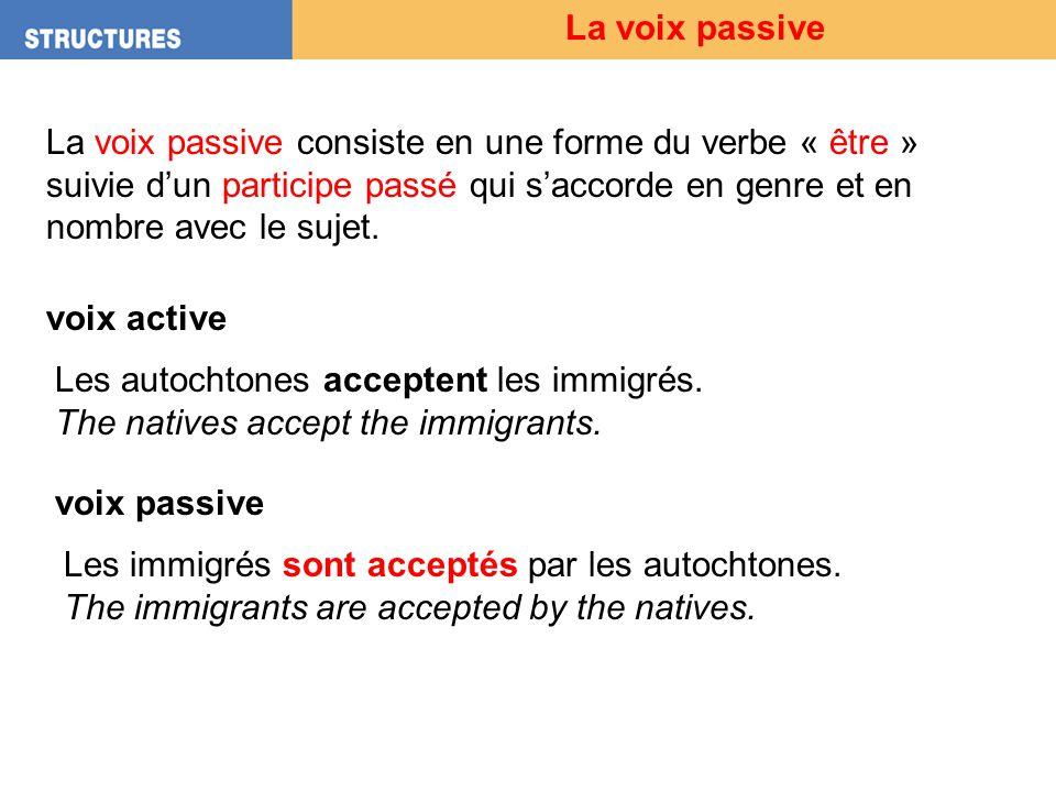 La voix passive A la voix active lordre des mots est en général: Sujet + Verbe + Objet Sujet VerbeObjet Les douaniers interrogent les touristes.