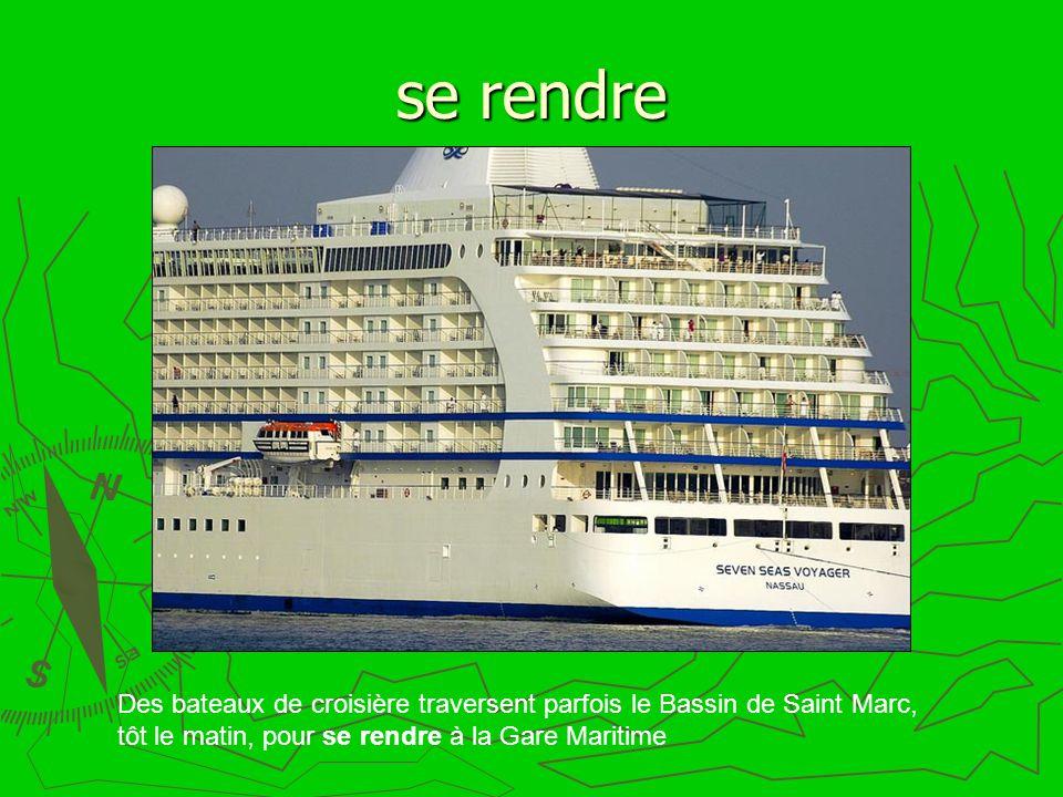 se rendre Des bateaux de croisière traversent parfois le Bassin de Saint Marc, tôt le matin, pour se rendre à la Gare Maritime