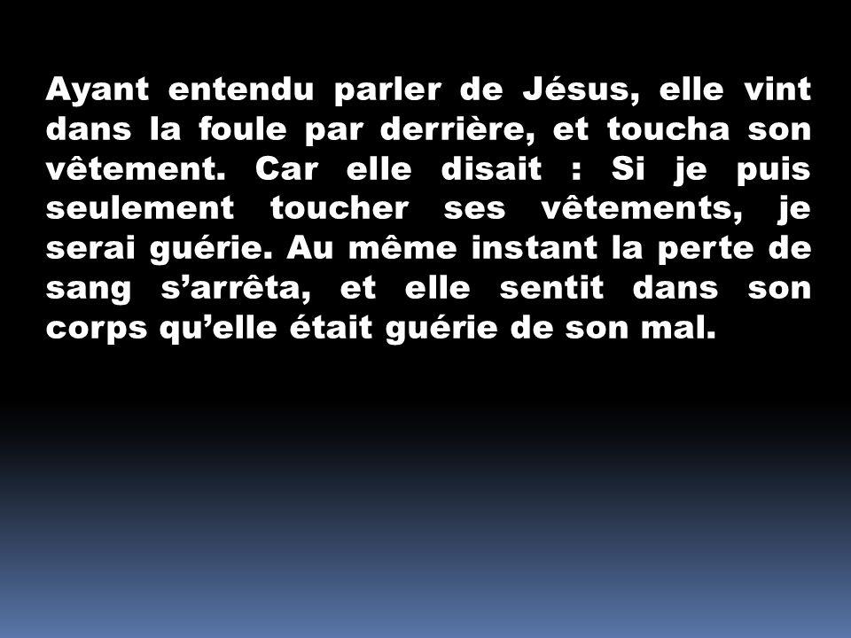 Jésus connut aussitôt en lui-même quune force était sortie de lui ; et, se retournant au milieu de la foule, il dit : Qui a touché mes vêtements .