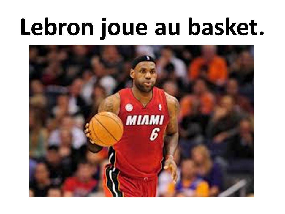 Lebron joue au basket.