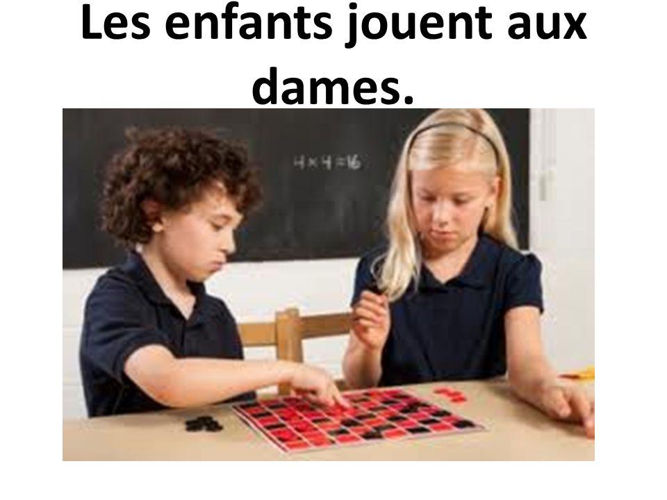 Les enfants jouent aux dames.