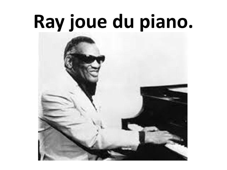 Ray joue du piano.