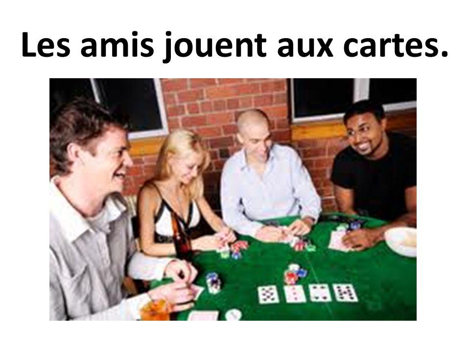 Les amis jouent aux cartes.