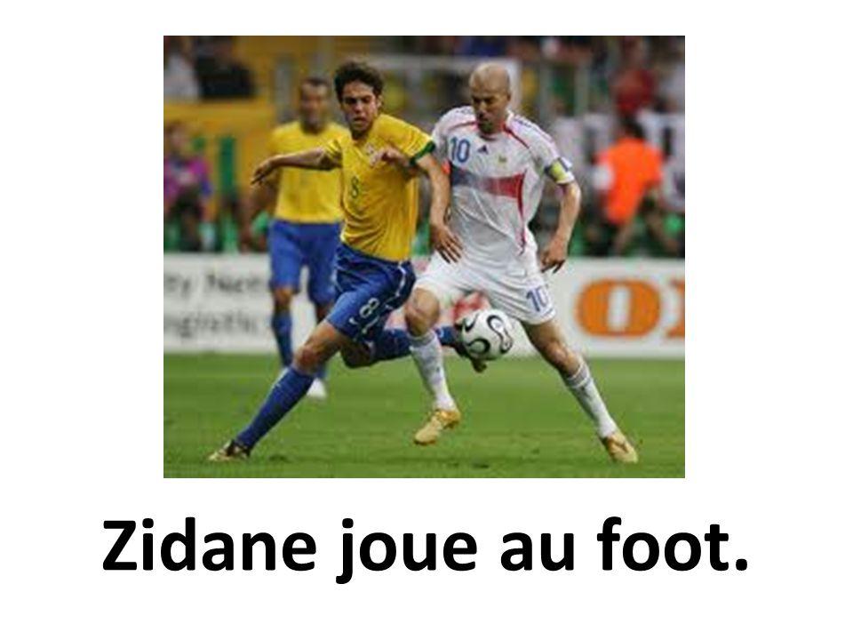 Zidane joue au foot.