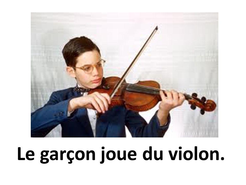 Le garçon joue du violon.
