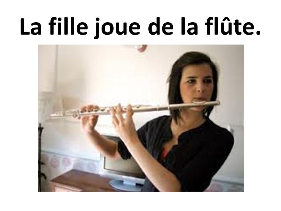 La fille joue de la flûte.