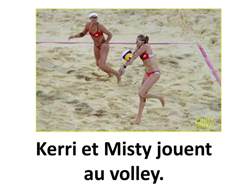 Kerri et Misty jouent au volley.