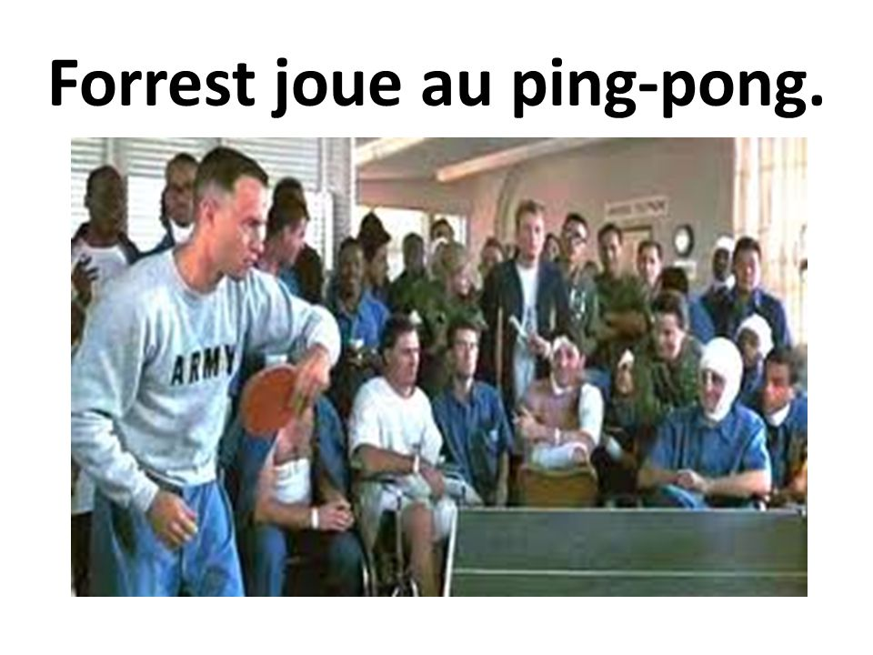 Forrest joue au ping-pong.
