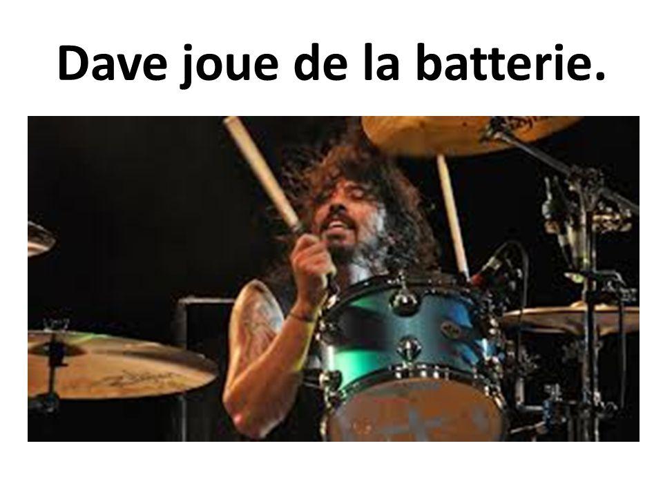 Dave joue de la batterie.