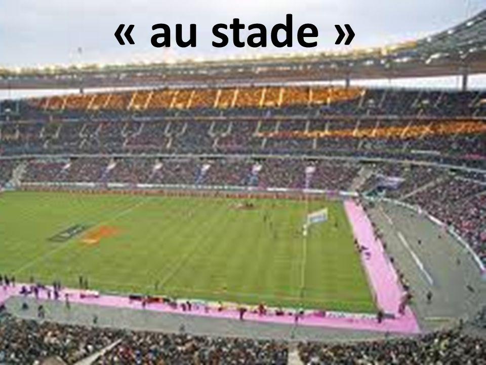 « au stade »