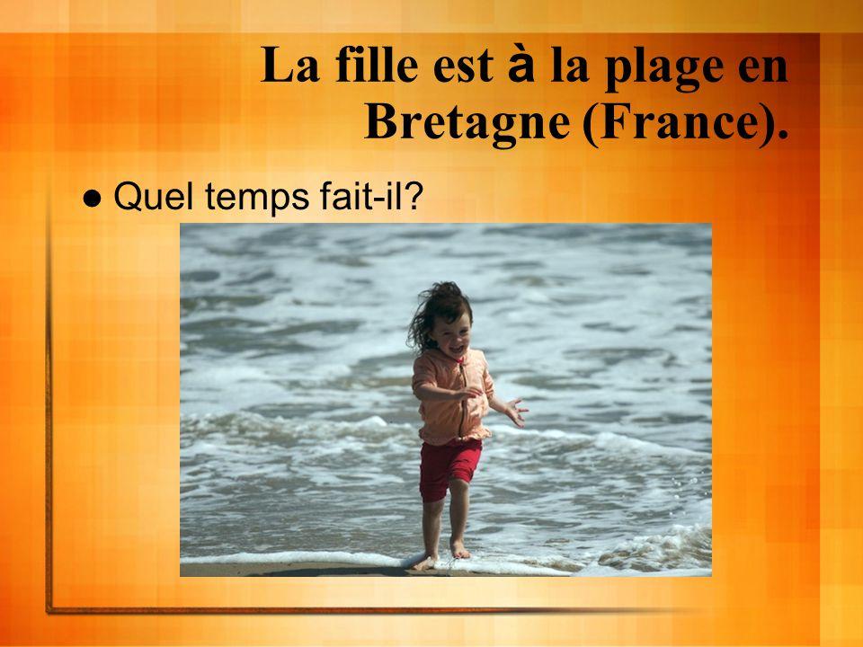 La fille est à la plage en Bretagne (France). Quel temps fait-il?