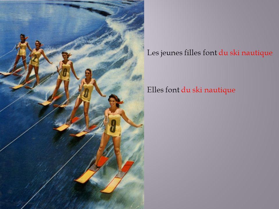 Les jeunes filles font du ski nautique Elles font du ski nautique