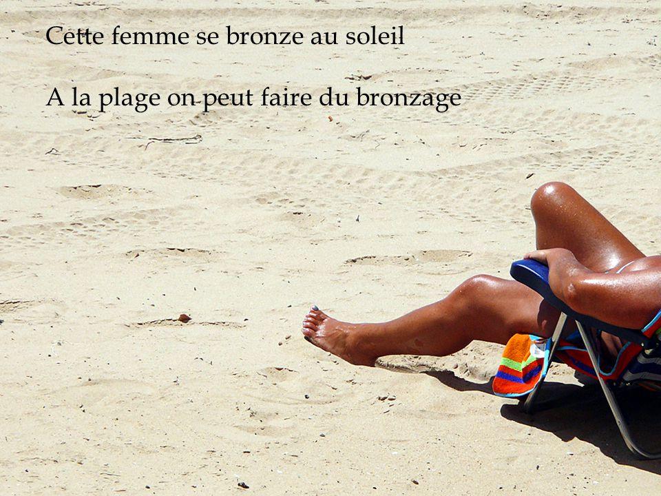 Cette femme se bronze au soleil A la plage on peut faire du bronzage