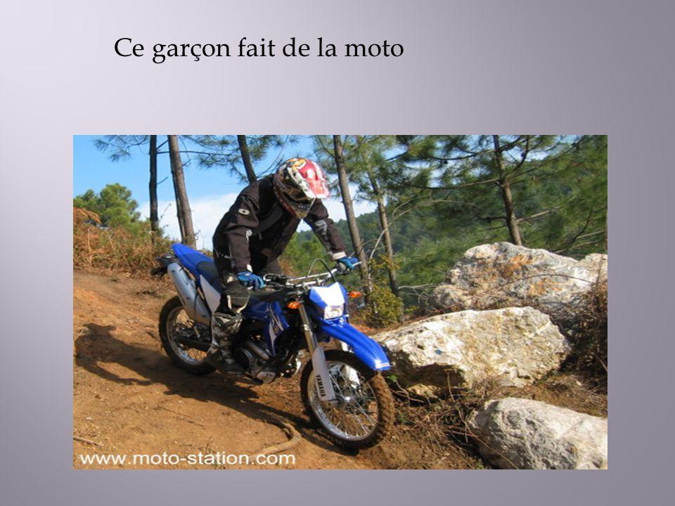 Ce garçon fait de la moto