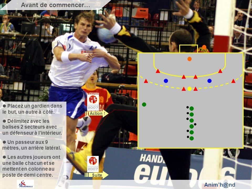 Placez un gardien dans le but, un autre à côté. Délimitez avec les balises 2 secteurs avec un défenseur à lintérieur. Un passeur aux 9 mètres, un arri