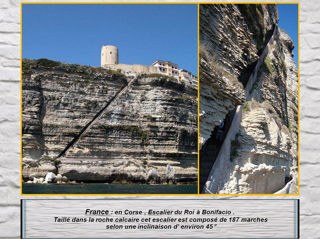 Italie : Anacapri sur l' île de Capri. L' escalier Phénicien de 800 marches, qui autrefois était la seule liaison entre Capri et Anacapri