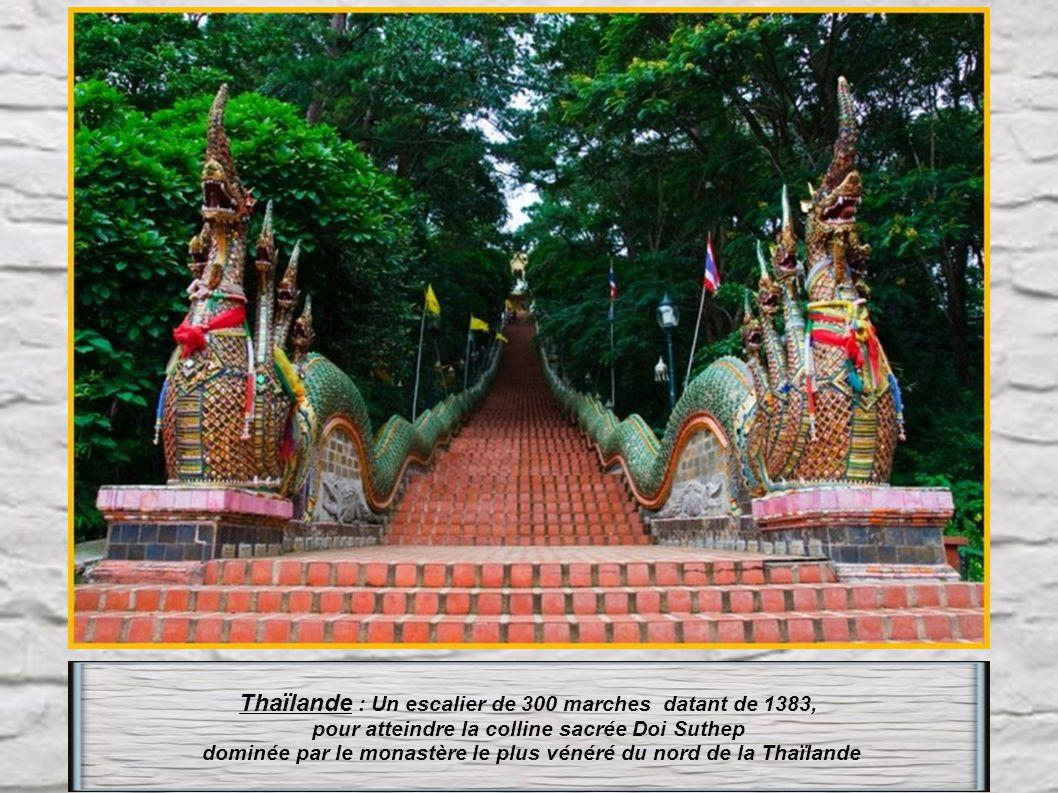 Malaisie : Pour atteindre les grottes de Batu, les visiteurs doivent gravir un escalier assez raide de 272 marches