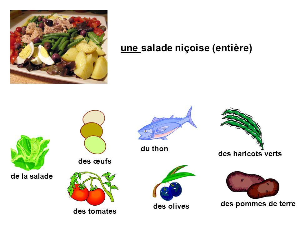 une salade niçoise (entière) de la salade des tomates des œufs des haricots verts des olives des pommes de terre du thon