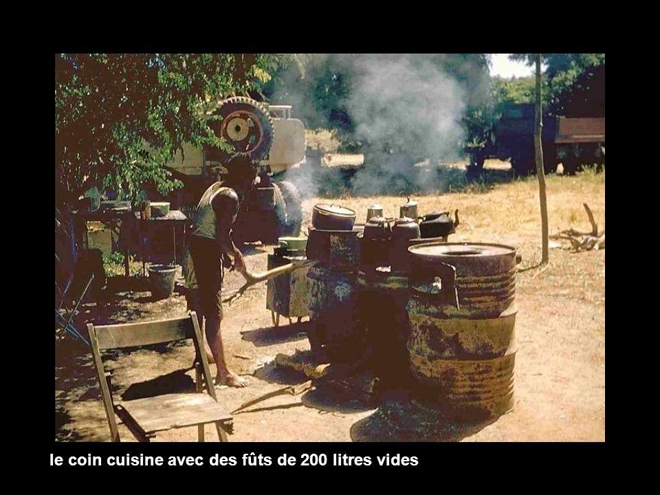 le coin cuisine avec des fûts de 200 litres vides
