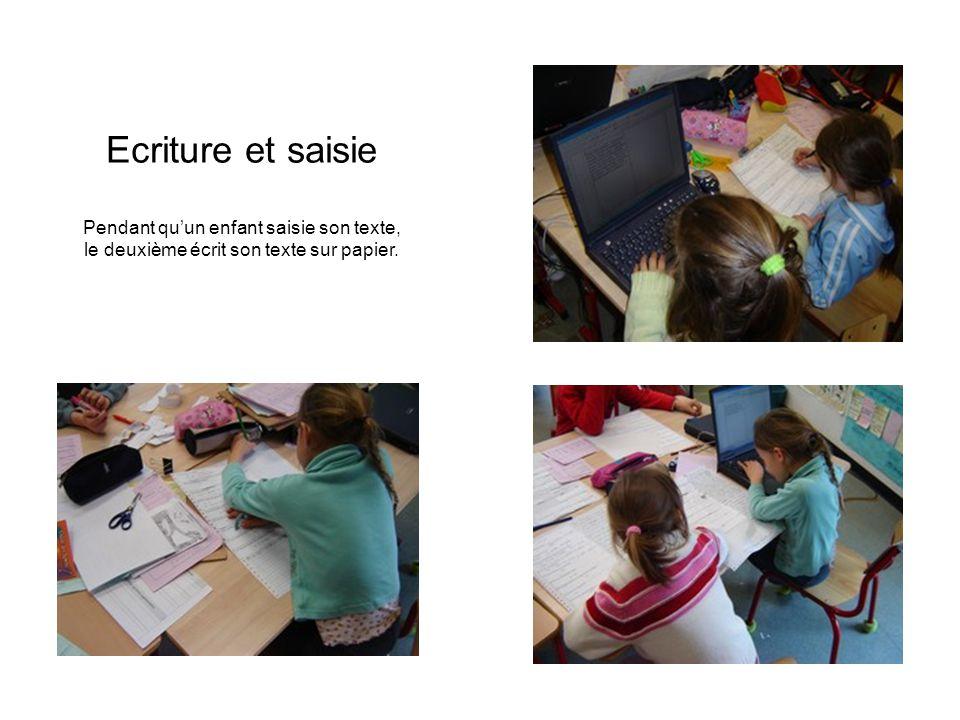 Ecriture et saisie Pendant quun enfant saisie son texte, le deuxième écrit son texte sur papier.
