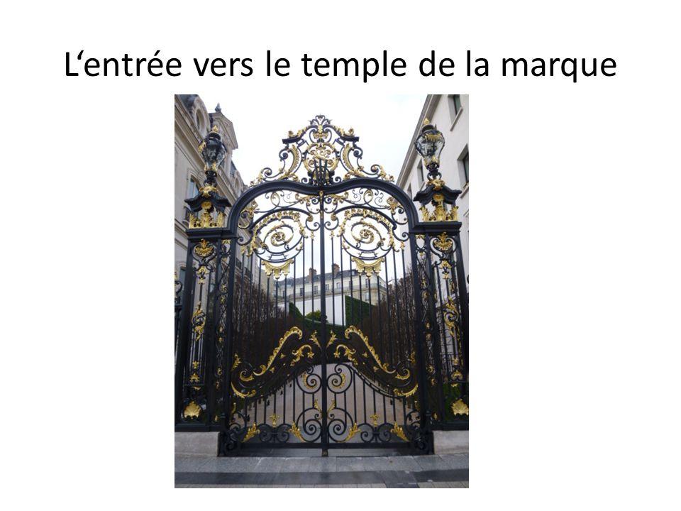 Lentrée vers le temple de la marque