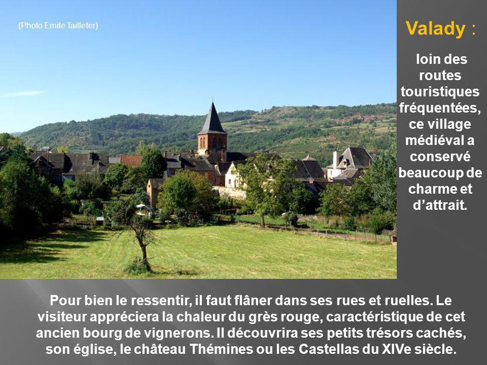 Le village possède une église du XVe siècle, de même que des ruines féodales et des châteaux des XVIIIe siècles.