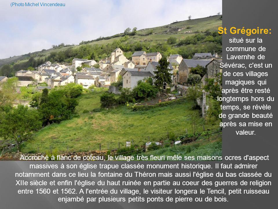 De belles maisons anciennes et plusieurs châteaux renaissance agrémentent la visite de la commune : à noter la château de Verrières du XVIIe siècle, le château de Beauregard de la même époque, de même que l église romane du XIIe siècle avec son clocher à peigne.