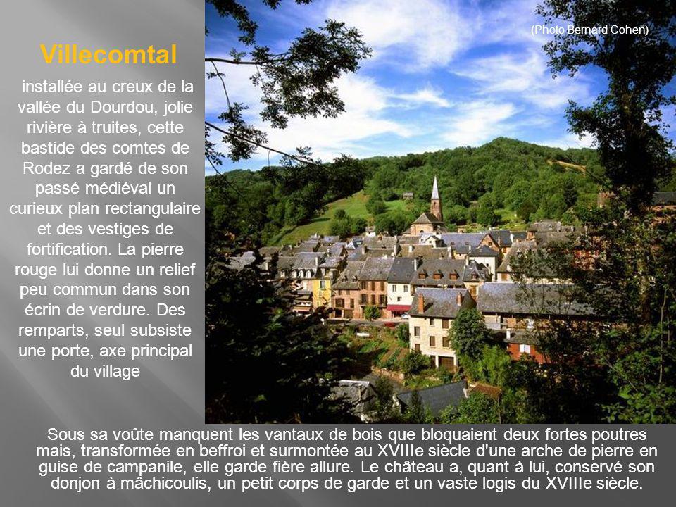 Accroché à flanc de coteau, le village très fleuri mêle ses maisons ocres d aspect massives à son église trapue classée monument historique.
