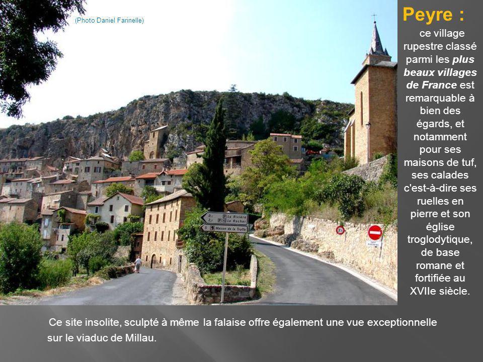 Ce site insolite, sculpté à même la falaise offre également une vue exceptionnelle sur le viaduc de Millau.