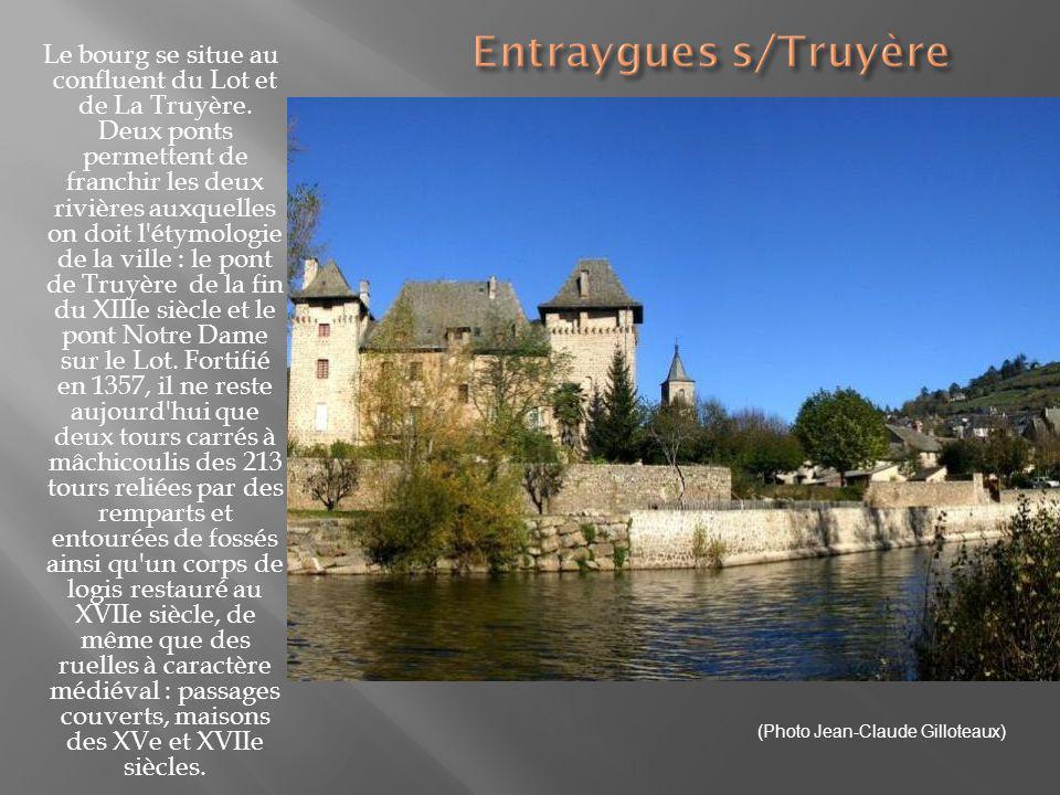 Dans la calme vallée du Lot, classé parmi les plus beaux villages de France, ce village se distingue par l étrangeté de son clocher flammé et le charme de ses maisons.