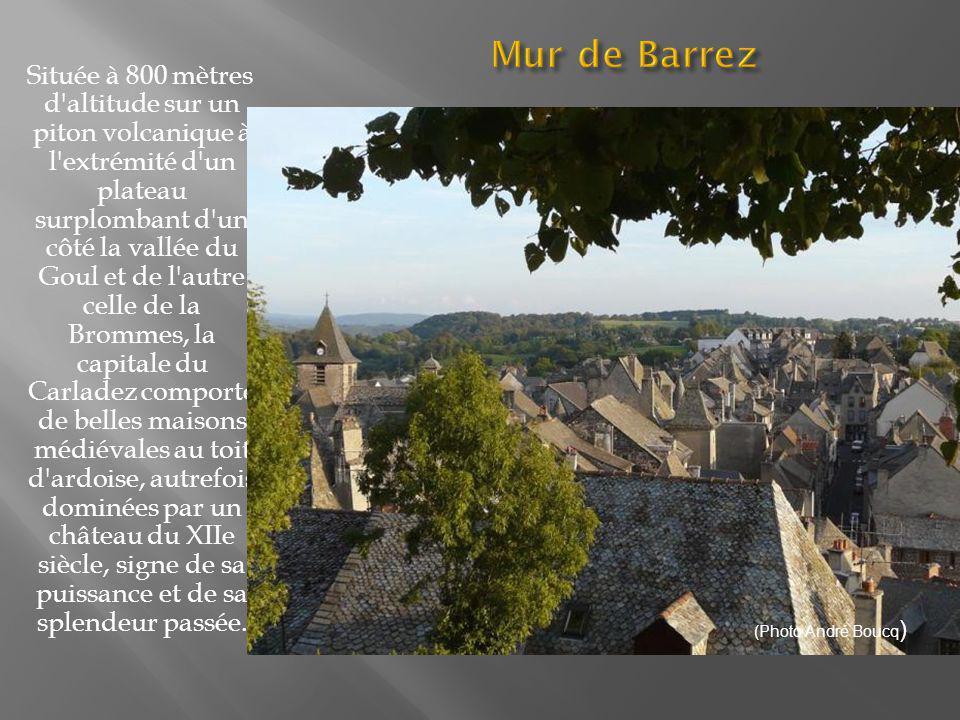 Ce village est la capitale de la coutellerie qui constitue la principale activité économique de la cité aveyronnaise.