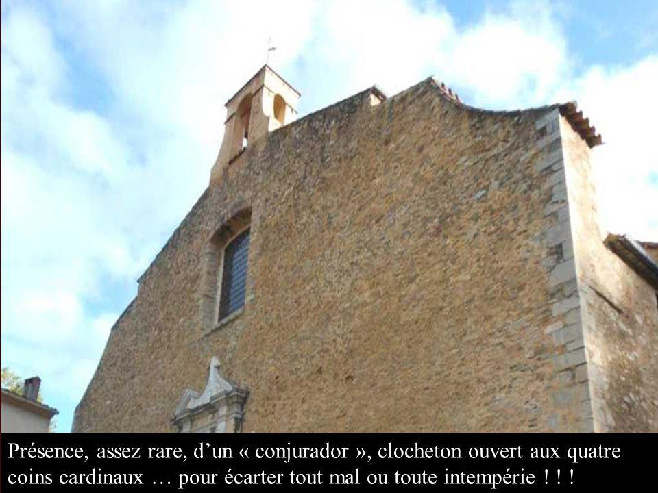Le clocher, à bandes lombardes, a été construit à lextérieur de la 2 ème église romane et sest trouvé enchâssé lors de la construction de la 3 ème église.