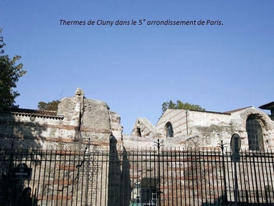 Arènes de Lutèce à Paris en demi-cercle (1 er siècle)