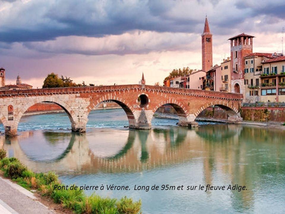 Pont de pierre à Vérone. Long de 95m et sur le fleuve Adige.