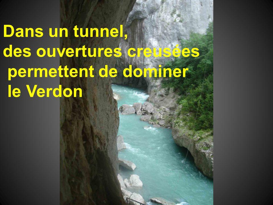 Dans un tunnel, des ouvertures creusées permettent de dominer le Verdon