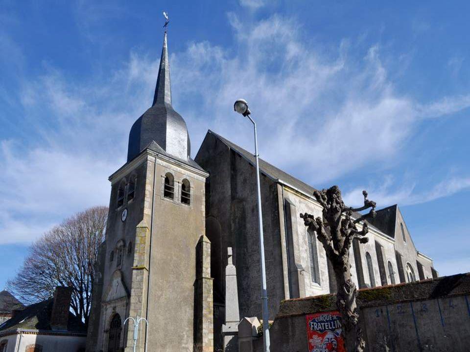 Léglise de Melay (49 – Maine et Loire) nous accueille avec son drôle de clocher bombé. Une église imposante pour une commune qui compte moins de deux