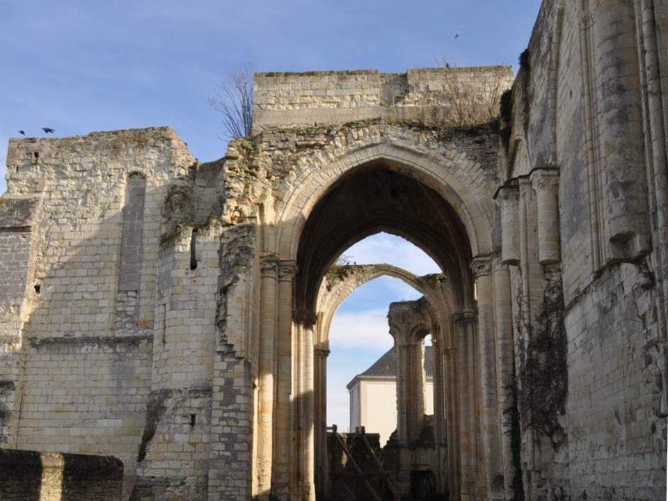 On y trouve les ruines imposantes de la Collégiale St Denis, du XI° siècle.