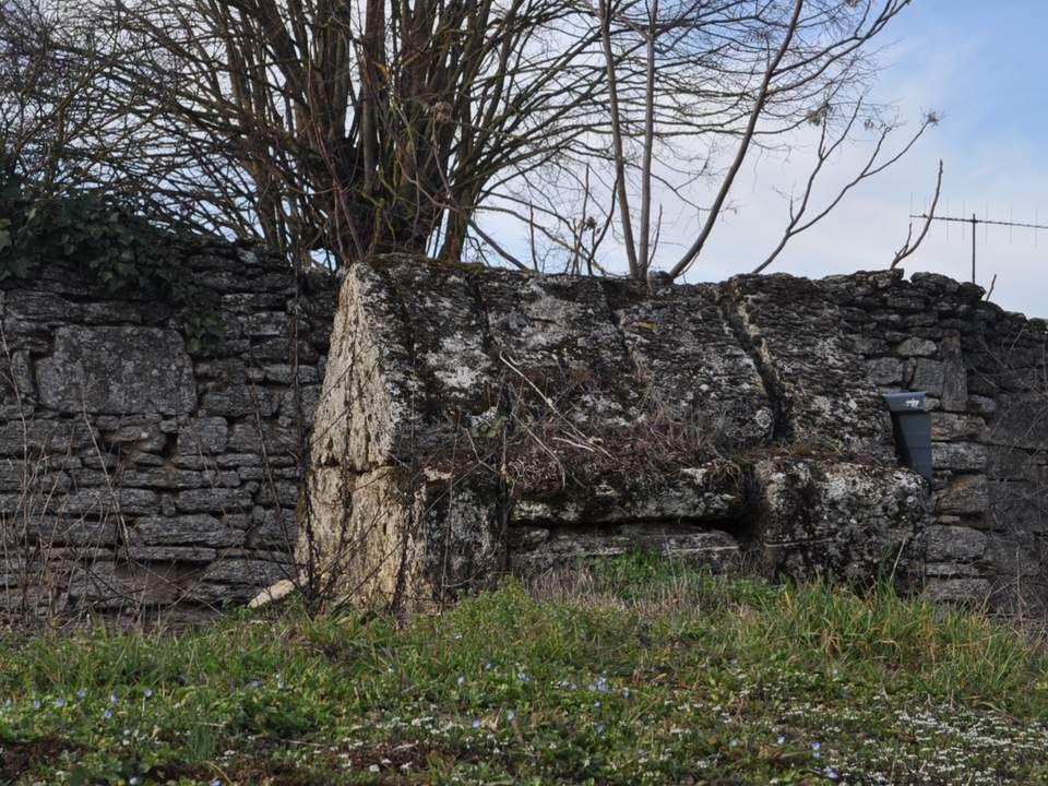 Ce sont certainement les fontaines, dans la région où les points deau étaient rares, qui ont donné naissance à la ville de Doué. Le premier baptistère