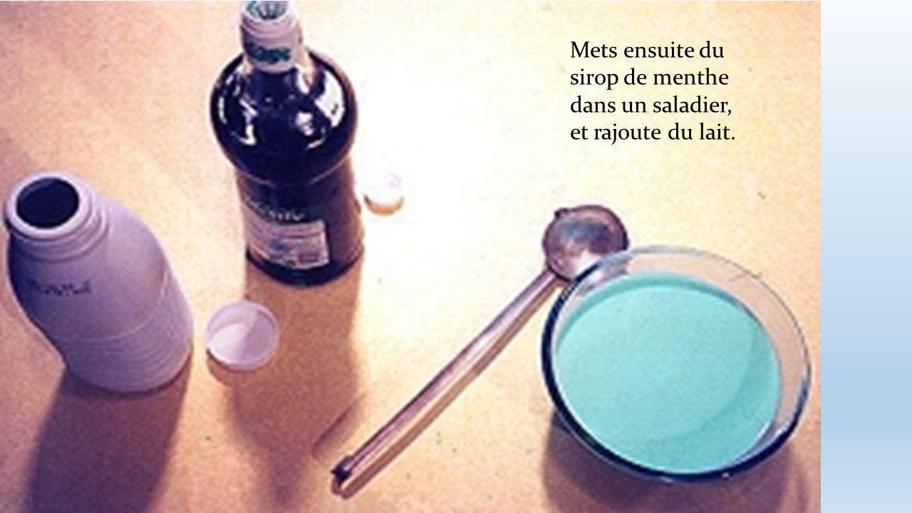 Mets ensuite du sirop de menthe dans un saladier, et rajoute du lait.
