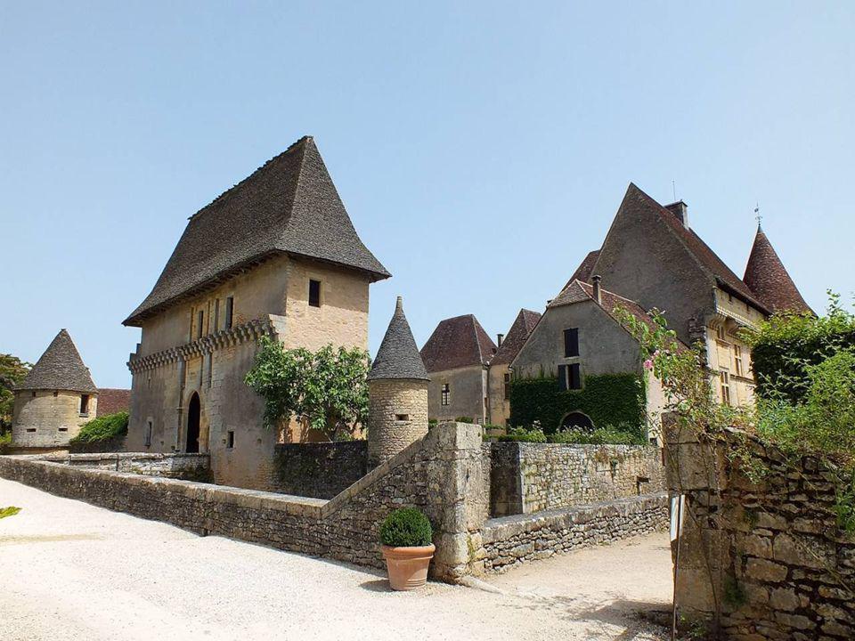 Le château de Losse Situé en Périgord à 5 km de Montignac-Lascaux en direction des Eyzies (à 18 km), le château domine la Vallée de la Vézère.Périgord